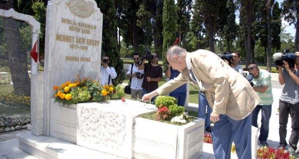 Ekmeleddin Ihsanoglu's anthem grave gaffe action shot